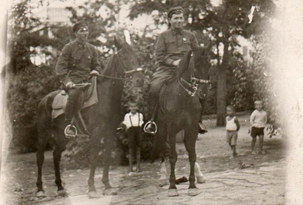 Фотография чекистов Степана Болотова и Михаила Раева (Каминского) в Новороссийске, 1927 год. Раев в то время был помощником начальника Черноморского ОГПУ (расстрелян в 1939 году)