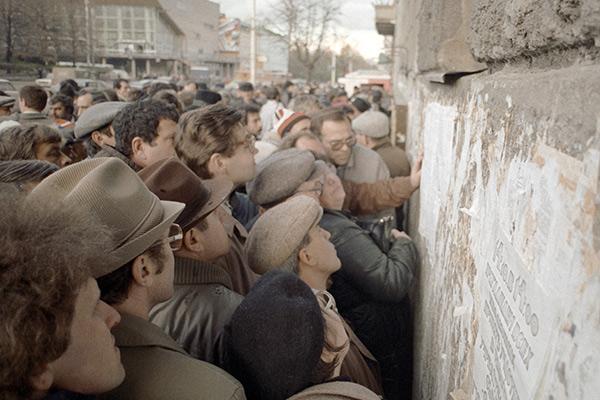 Москвичи читают самиздатовские газеты, развешанные на одном из зданий на Пушкинской площади в Москве, 1990 год