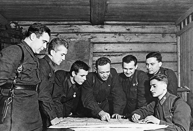 Командиры полка 8–й стрелковой дивизии им. Панфилова обсуждают план военных действий. Волоколамское направление. 1941 год.