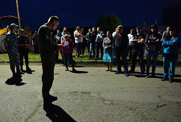 Военнослужащий держит в руках списки пострадавших в результате обрушения здания