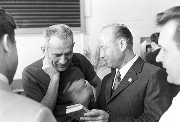 Алексей Леонов (справа) показывает репродукции своих картин Дональду Слейтону