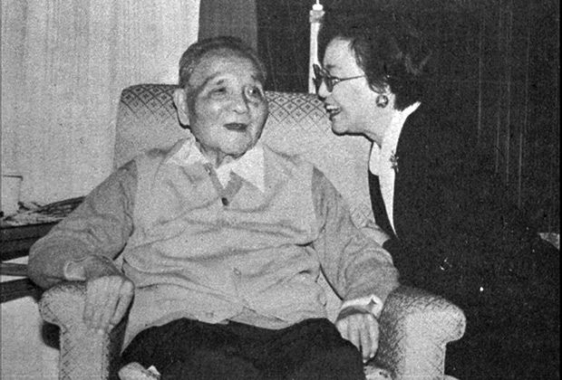Страдающий от болезни Паркинсона Дэн Сяопин (китайскому лидеру 91 год)