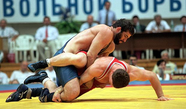 Сагид Муртазалиев (сверху) участвует в соревнованиях по вольной борьбе