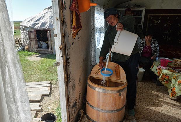 Сегодня кумыс даже в деревнях делают в деревянных кадках