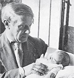 Пабло с дочерью Майей в день, когда она родилась. Клиника «Бельведер», Булонь-Бийянкур. 5 сентября 1935