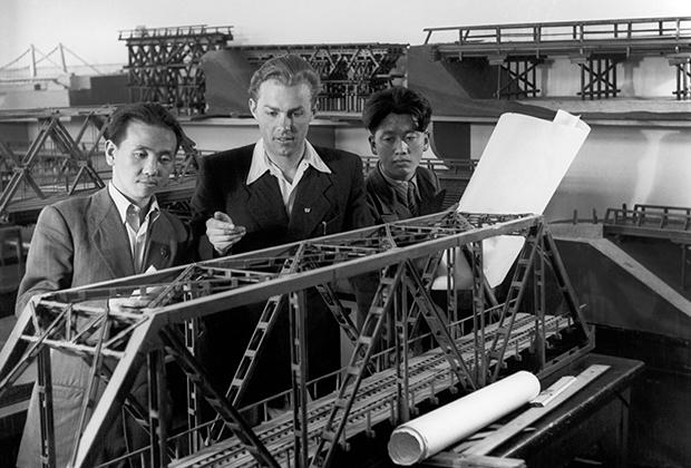 Студенты в одном из кабинетов Московского инженерно-строительного института, 1959 год