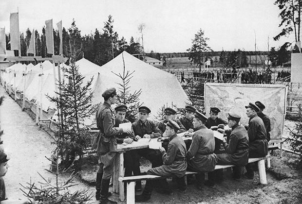 Политзанятия в Красной Армии, май 1941 года