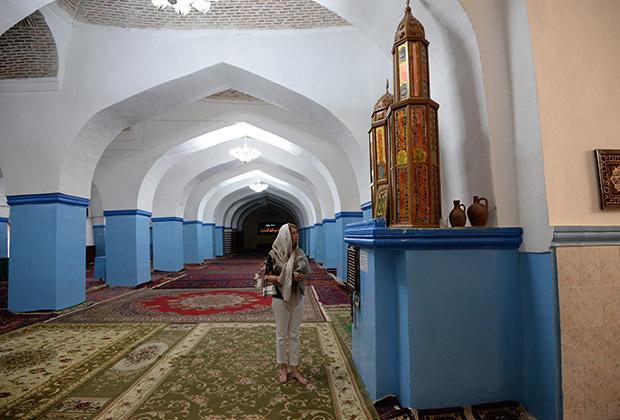 Внутри Джума-мечети