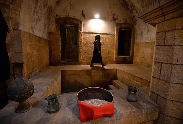 Внутри Девичей бани