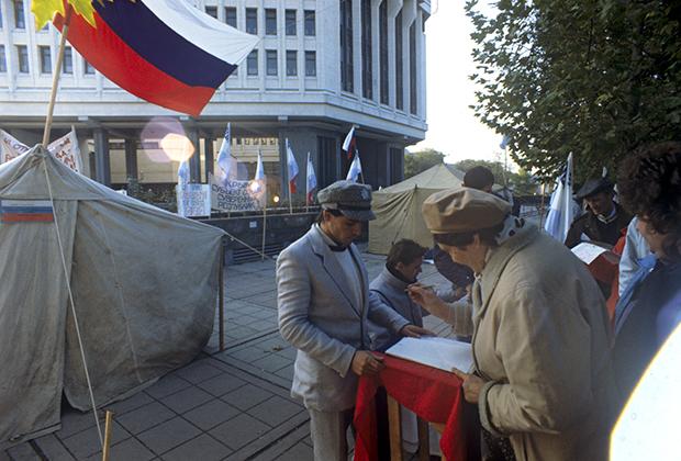 Активисты собирают подписи с требованием проведения референдума о независимости Крыма. 1991 год