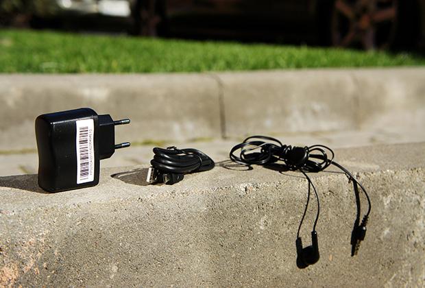 Зарядное устройство, USB-microUSB шнур и гарнитура