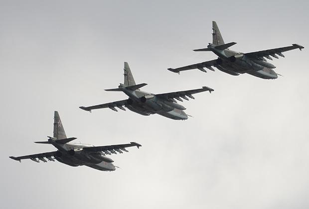 Штурмовики Су-25 во время совместной тренировки пеших и механизированных колонн к Параду Победы