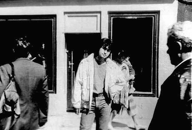 Виктор Цой на ул. Йомас. Юрмала, 13 августа 1990 года