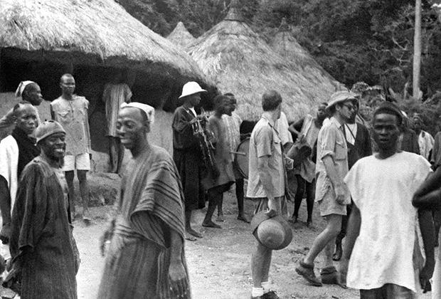 Белые колонисты в деревне на реке Нигер (современная Нигерия), 1947 год