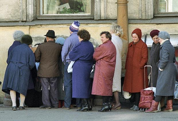 Очередь около магазина «Мясо» во время тотального дефицита товаров в СССР в начале 90-х годов