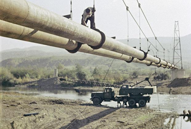 На строительстве магистрального нефтепровода «Дружба» в Карпатах. Воздушный переход через реку. Закарпатская область, Украина, октябрь 1962года