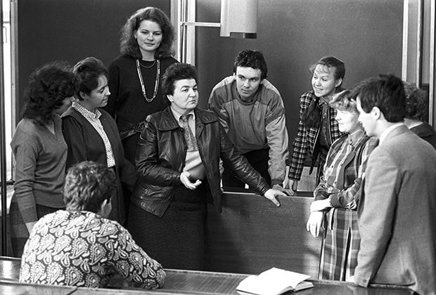 Автор статьи «Не могу поступаться принципами», опубликованной в газете «Советская Россия» 13 марта 1988 года, Нина Андреева (в центре)