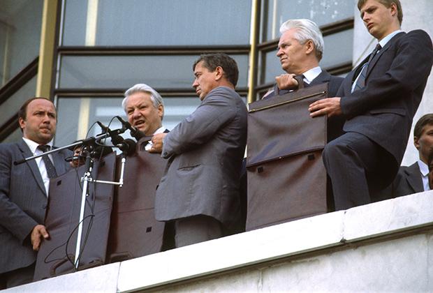 Б.Н.Ельцин выступает с балкона Белого дома, август 1991года