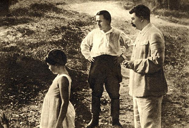 Иосиф Сталин (справа), Сергей Киров и дочь Сталина Светлана, 1934 год