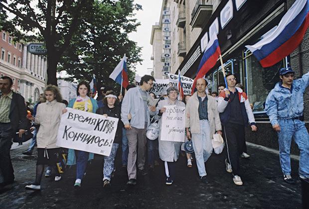 Валерия Новодворская (в центре), 1990 год