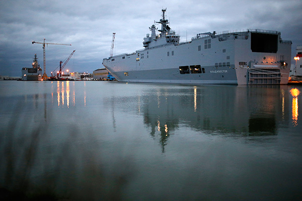 The two Mistral-class helicopter carriers Sevastopol (L) and Vladivostok are seen at the STX Les Chantiers de l'Atlantique shipyard site in Saint-Nazaire, western France, December 23, 2014.  REUTERS/Stephane Mahe (FRANCE - Tags: MILITARY POLITICS) - RTR4J42H