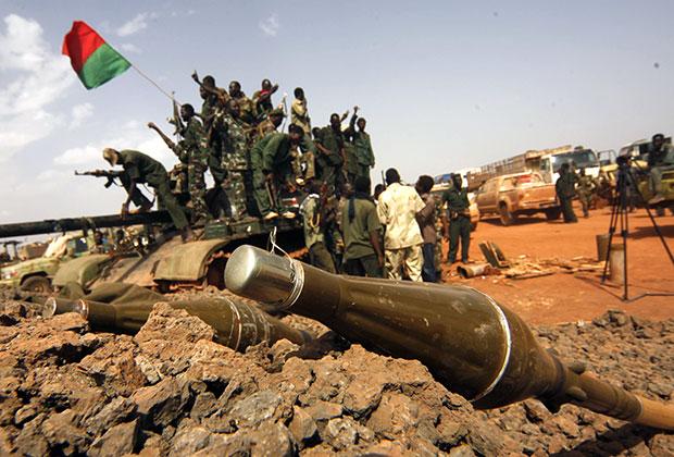 Суданские солдаты празднуют победу в Хеглиге. 23 апреля 2012