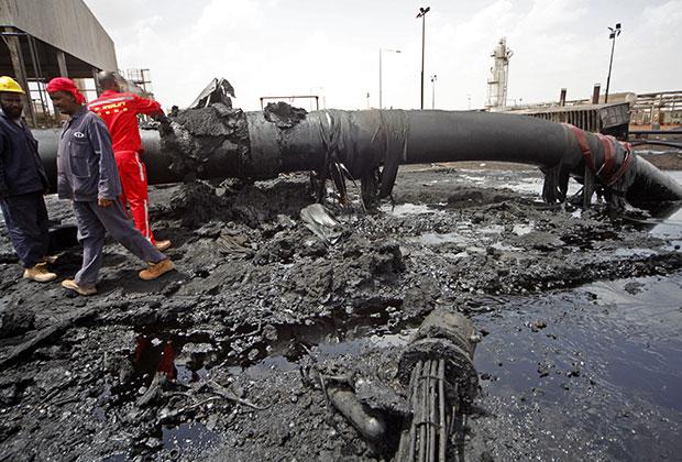 Суданские специалисты осматривают поврежденный во время боев нефтепровод в Хеглиге. 23 апреля 2012