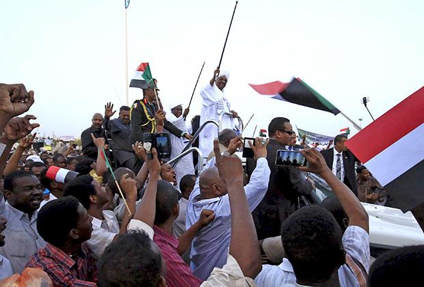 Президент Судана Омар аль-Башир и его сторонники. 15 июня 2015