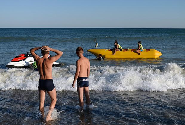 Отдыхающие на пляже в Крыму
