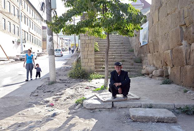Местные жители на улице Дербента