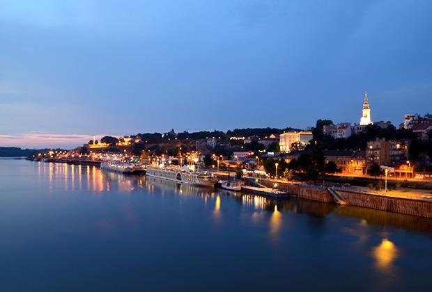 Кажется, что вечерний Белград купается в водах реки