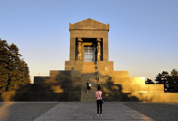 Памятник неизвестному герою на горе Авала