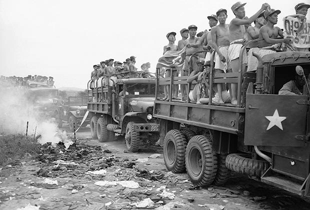 Северокорейских солдат везут к точке обмена военнопленными, 1953 год