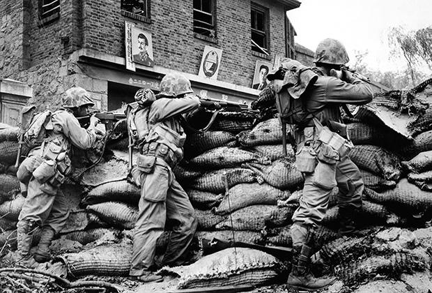 Силы ООН ведут огонь из-за баррикад в Сеуле (Южная Корея), 1950 год