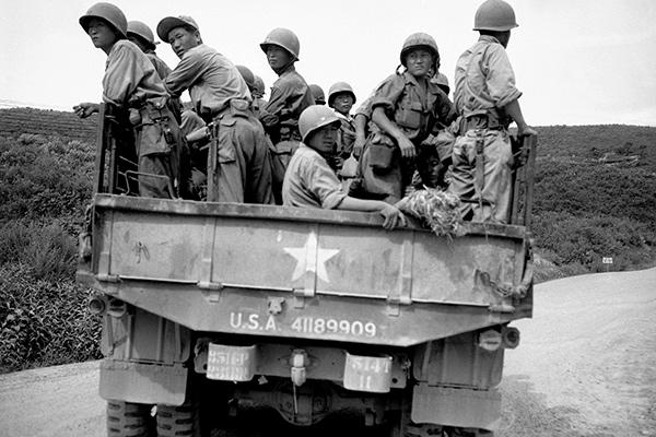 Южнокорейские солдаты уезжают от демилитаризованной зоны после заключения соглашения о перемирии между Северной и Южной Кореей, 1953 год