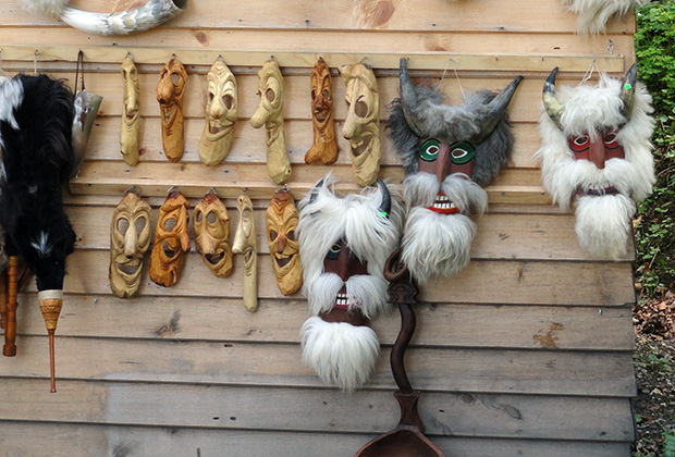 Возле замка Бран туристов встречают вампирскими сувенирами