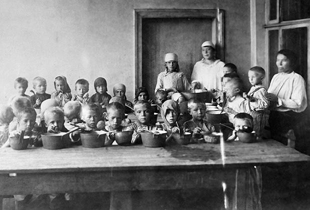 Голодающих детей Поволжья кормят обедом, 1921 год