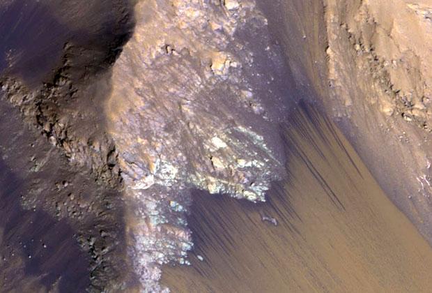 Снимок с научного инструмента HiRISE станции MRO. На нем показаны сезонные линейные структуры длиной до 536 метров. Именно в них ученые обнаружили гидратированные перхлораты.