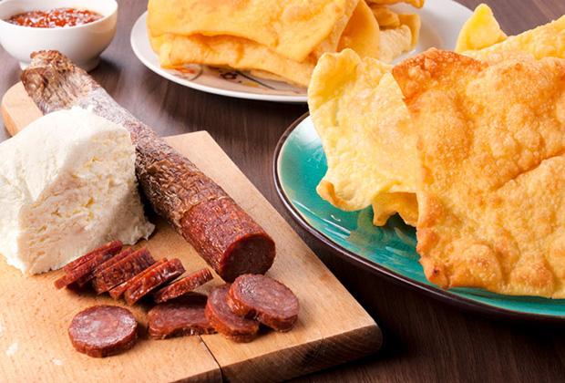 Сыр, хлеб, колбасы, балык, пршут непременно подают на стол в самом начале