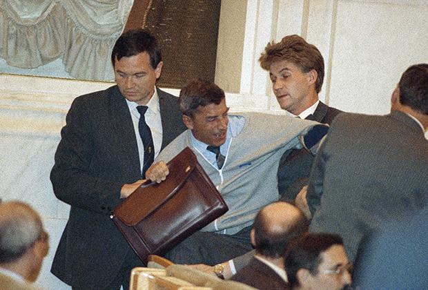 Охрана выводит депутата Юрия Слободкина из зала Конституционного совещания