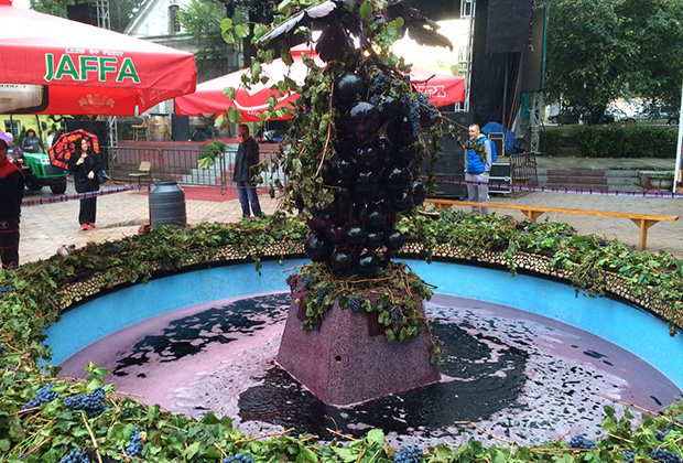 В городке Александровац вино льется даже из фонтана