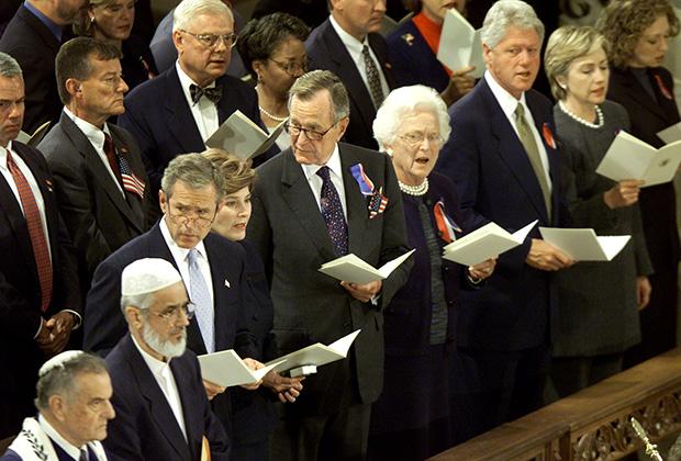 Джордж Буш-младший, Джордж Буш и Билл Клинтон с супругами в Вашингтонском национальном соборе. 14 сентября 2001