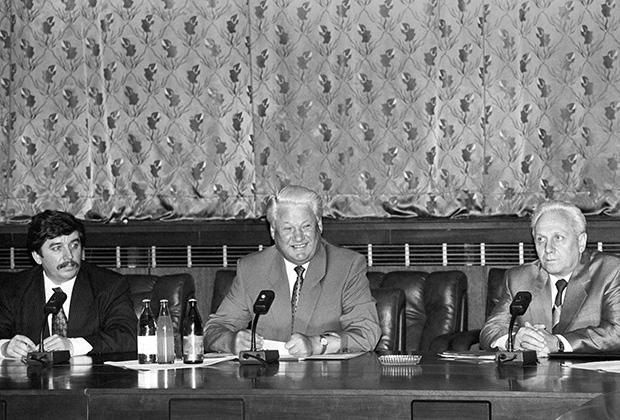 Борис Ельцин во время встречи с главами администраций областей Российской Федерации