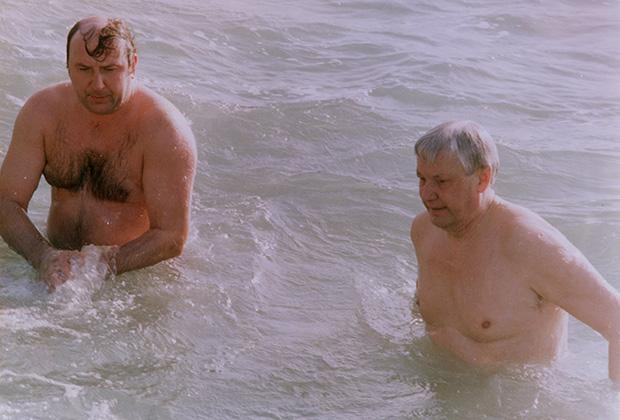 Борис Николаевич Ельцин и начальник его охраны Александр Коржаков купаются в море