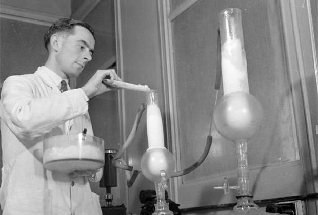 Лаборант готовит пенициллин (1940-е годы)