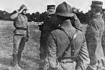 Генерал Жоффр (в центре) награждает русского солдата. 1916 год