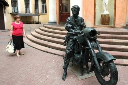 Памятник Виктору Цою в Санкт-Петербурге у кинотеатра «Аврора»