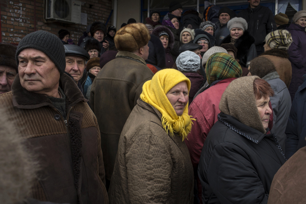 People queue for humanitarian aid in the town of Debaltseve, north-east from Donetsk, March 17, 2015. REUTERS/Marko Djurica (UKRAINE - Tags: POLITICS CIVIL UNREST CONFLICT TPX IMAGES OF THE DAY) - RTR4TPDQ