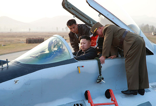 Ким Чен Ын в армии не служил, но боевые машины любит. 30 октября 2014