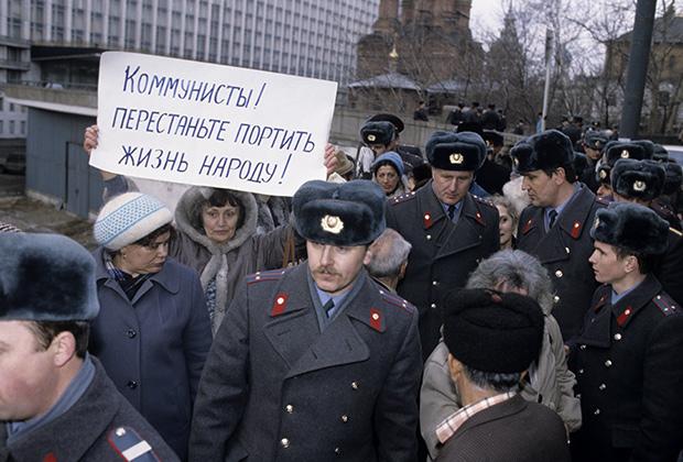 Митинг движения «Демократическая Россия» в поддержку российских депутатов в день открытия Внеочередного съезда народных депутатов РСФСР, 1991 год